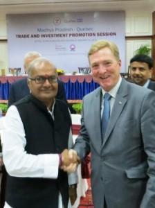 Denis Leclerc, président de la grappe d'entreprises québécoises Écotech avec le ministre de l'Environnement, des Ressources en eau et du logement du Madhya Pradesh, M. Jayant Malaiya.