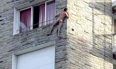 homme-nu-sur-fenêtre1