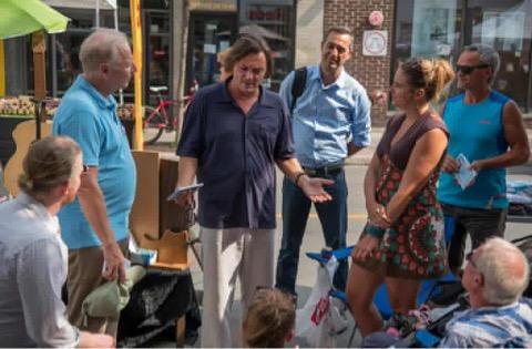 Avec Claude André, discutant avec des citoyens de Rosemont.
